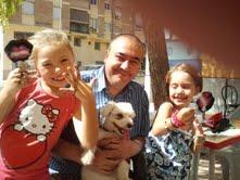 Armando Robles, hoy en la feria de Málaga, con su familia.