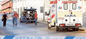 Agentes de la Policía Nacional y una ambulancia, ayer, junto a la empresa de Paterna donde murió la víctima.