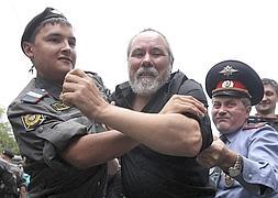 Policías rusos detienen a un simpatizante del grupo Pussy Riot.