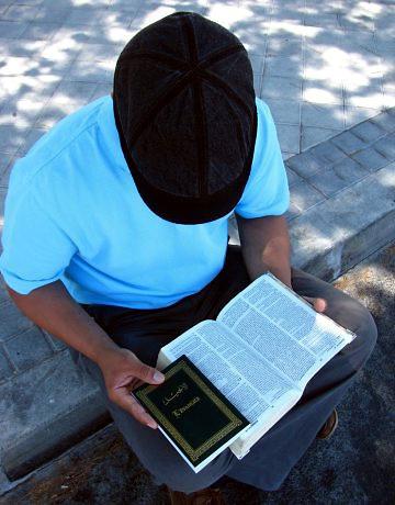 Samir (en la imagen leyendo la Biblia) es uno de los musulmanes convertidos al Cristianismo en España.