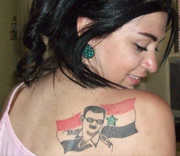 Una mujer siria, con un tatuaje del presidente Al Assad en su espalda.