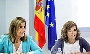 La vicepresidenta del Gobierno, Soraya Sáez de Santamaría, junto a Bañez.