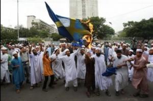 Un grupo de fanáticos musulmanes quema una bandera sueca en Estocolmo.