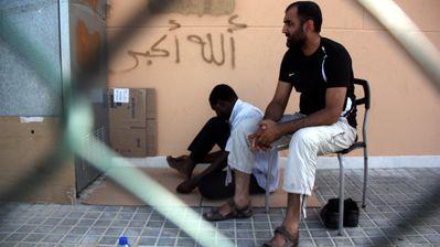 Dos taxistas musulmanes en la zona de aparcamientos del aeropuerto de Barcelona.