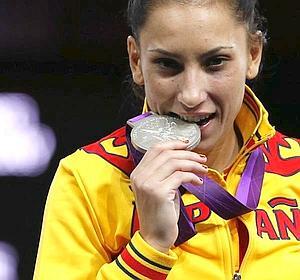 La deportista de española Brigitte Yague Enrique celebra su medalla de plata en el podio.