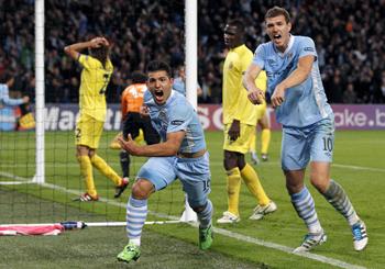 Agüero marcando un gol al Villarreal con el Manchester City.