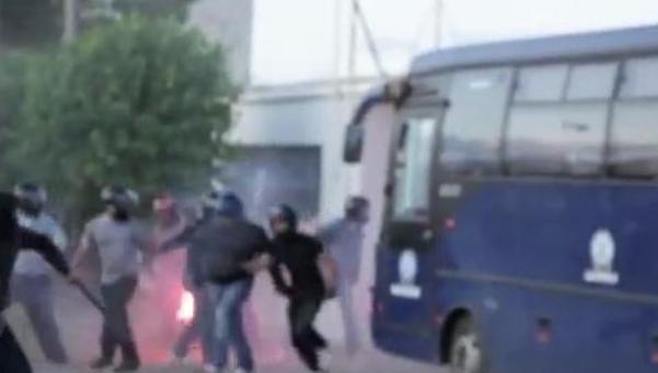 Miembros de Amanecer Dorado atacan un Centro de Inmigrantes.