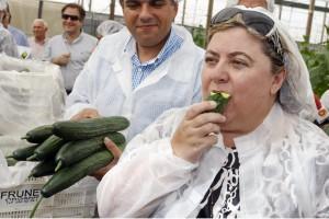 La voluminosa consejera de Agricultura, Clara Aguilera, tragándose un pepino.