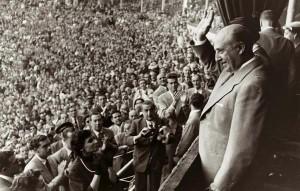 Franco, aclamado en la plaza de toros de Barcelona en 1951.