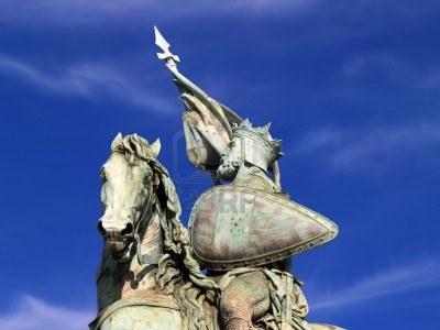 Detalle de la estatua del héroe Godofredo de Bouillon en la Plaza Real de Bruselas. Godofredo de Bouillon fue un caballero medieval que llevó a la primera cruzada contra el Islam y se convirtió en rey de Jerusalén.