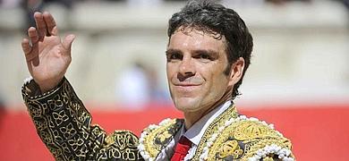 El torero José Tomás saluda a la multitud en la corrida de Nimes, en Francia.