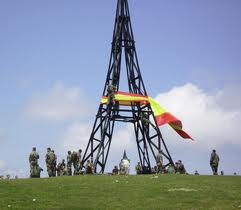 Militares españoles fueron sancionados por la ex ministra Carmen Chacón por instalar una gran bandera española durante unas maniobras en Álava.