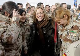 La ex ministra socialista de Defensa, Carmen Chacón, junto a un grupo de mujeres militares.