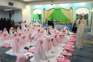 Un grupo de niñas iraníes recibe un cursillo prematrimonial por parte de un clérigo chiita.