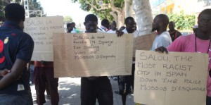 Manteros subsaharianos protestan contra el racismo en Cataluña.