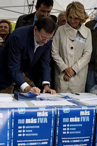 Rajoy y Aguirre, protagonistas de una de las campañas del PP contra el IVA.