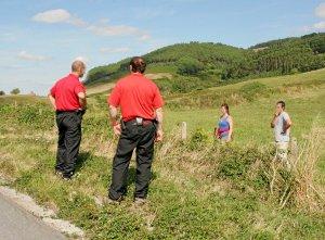 Agentes de la Ertzaintza rastrean la zona donde se cometió la agresión en busca de pruebas.