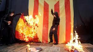 Separatistas catalanes queman una bandera de España.