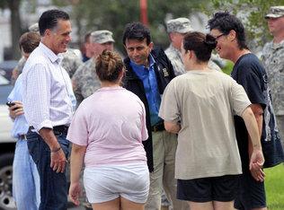 El candidato presidencial republicano Mitt Romney y el gobernador de Louisiana Bobby Jindal saludan a los residentes de Lafitte que fueron afectados en Lousiana por los efectos del paso de Isaac.