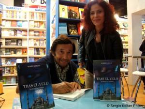 Rubén Kaplan firma uno de sus libros.
