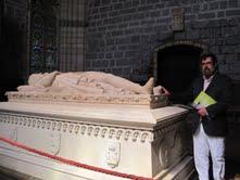 Enrique de Diego junto a la tumba de Sancho VII.