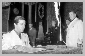 Suárez jura en presencia de Franco y de Herrero Tejedor su cargo como secretario general del Movimiento.