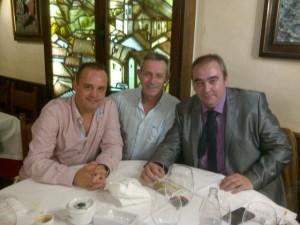 Josep Anglada, en el centro, junto al secretario general de su partido, Robert Hernando (i) y el autor de la entrevista, Armando Robles (d).