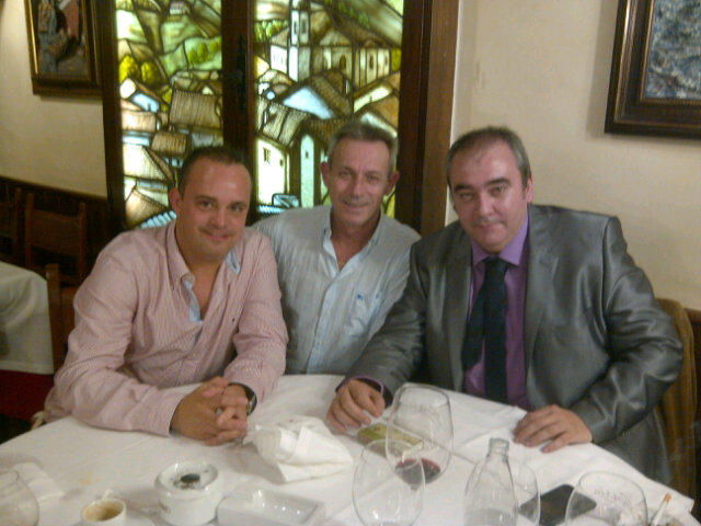 Josep Anglada, en el centro de la imagen; a su izquierda, Armando Robles.