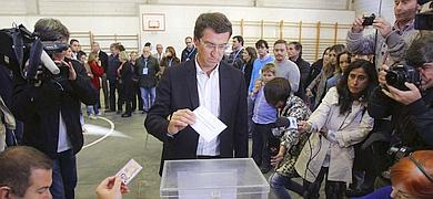 Alberto Núñez Feijóo deposita su voto.