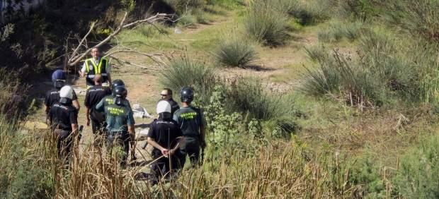 Un grupo de subsaharianos parados en el cauce del Río de Oro después de uno de los asaltos a la valla.