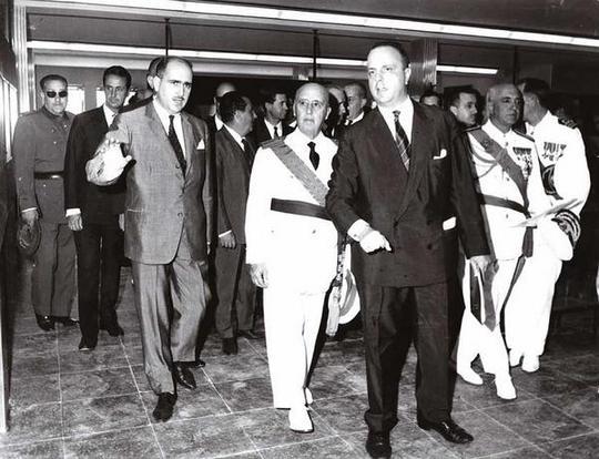 Manuel Fraga, junto al ex jefe del Esrtado, el general Franco.