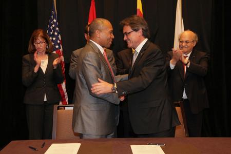Artur Mas y el gobernador de Massachusetts, Deval Patrick, tras firmar un acuerdo de cooperación, en Boston.