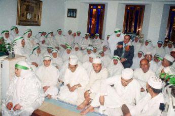 Aomar Dudú, rodeado de los musulmanes residentes en Melilla que viajarán a La Meca.