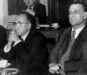 Rafael Calvo Serer (d) junto a Santiago Carrillo.