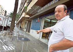 Óscar Serra señala el lugar del tiroteo en Gandia.