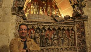 García Maldonado, junto a uno de los sepulcros de la Catedral de Salamanca.