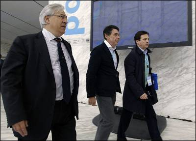 A la izquierda, Julio Ariza.