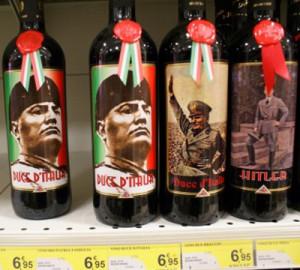 Botellas de vino con la imagen de Mussolini halladas en un supermercado italiano.