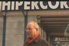 Carles Castellanos, ante un centro comercial 'Hipercor'.
