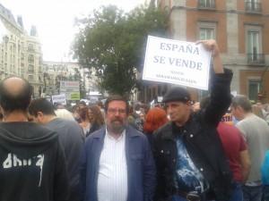 Enrique de Diego, junto a manifestantes del 15-M.