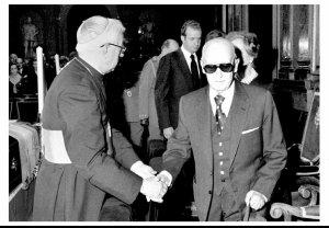 Franco saluda con displicencia al cardenal Tarancón.