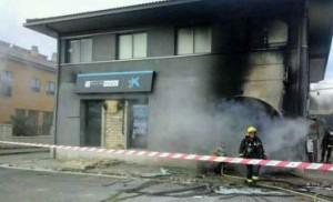 Imágenes del incendio de una sucursal de Caja de Burgos en Sotopalacios, en Burgos.