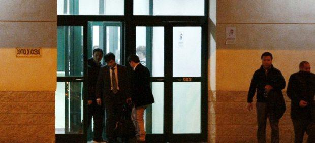 El presunto líder de la mafia china desarticulada en la operación Emperador, Gao Ping (i), a su salida esta tarde de jueves de la prisión de Villena (Alicante).