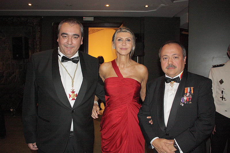 Armando Robles (i), junto a la delegada del Gobierno en Cataluña, María Llanos de Luna y el empresario catalán Gerardo Bellalta.