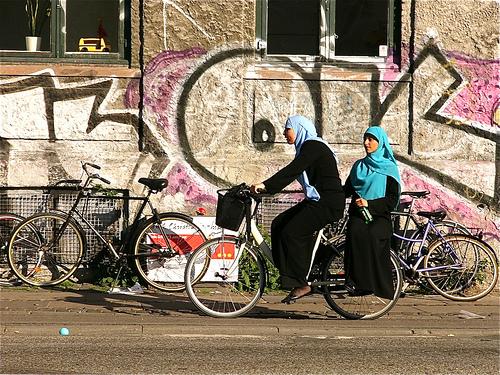 Dos jóvenes musulmanas circulan en bicicleta por el barrio danés de Nørrebro.