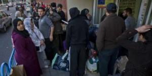 Colas en los bajos de la mezquita para recoger alimentos de primera necesidad.