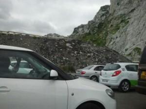 Imagen de los coches aparcados y retenidos hace unos minutos