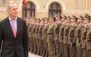 Pedro Morenés, ministro de Defensa, pasa revista a las tropas.