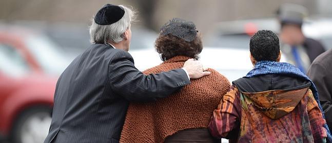 Veronika Pozner (c), madre de Noah Pozner, llega al funeral.