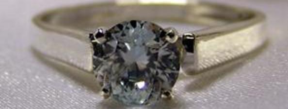 Este anillo lleva en su interior las cenizas de la mascota fallecida de uno de los clientes de Pet-Gems